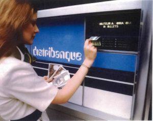Femme au distributeur automatique de billet. Banque Populaire, archives historiques