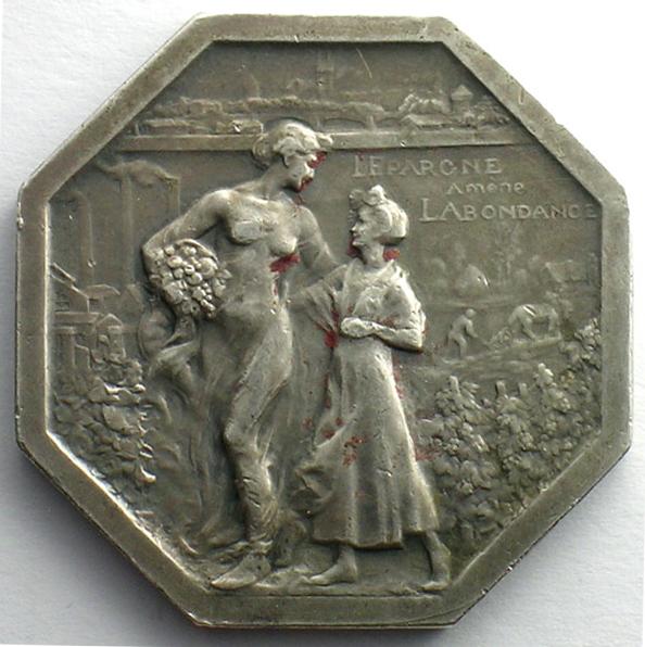 On retrouve même la femme sur ce jeton octogonal en argent. Source : Fédération nationale des Caisses d'Épargne, fonds photographiques.