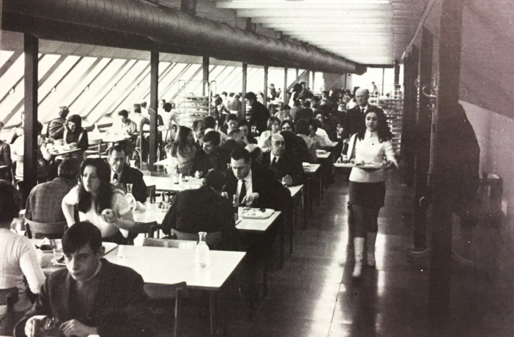La cantine pour le personnel du Crédit Commercial de France, 1970. HSBC France, Archives historiques.