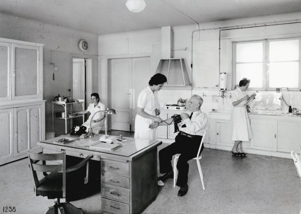 Le service médical pour le personnel de la Société Générale au Trocadéro, Paris, 1959. Société Générale, Archives historiques. © Photos Chevojon
