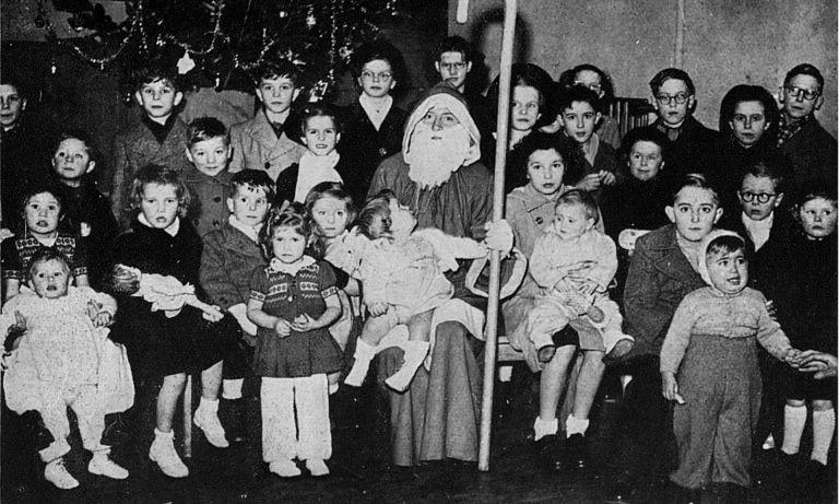 Arbre de Noël de la BNCI à Calais (France) en 1950. BNP Paribas, Archives historiques.