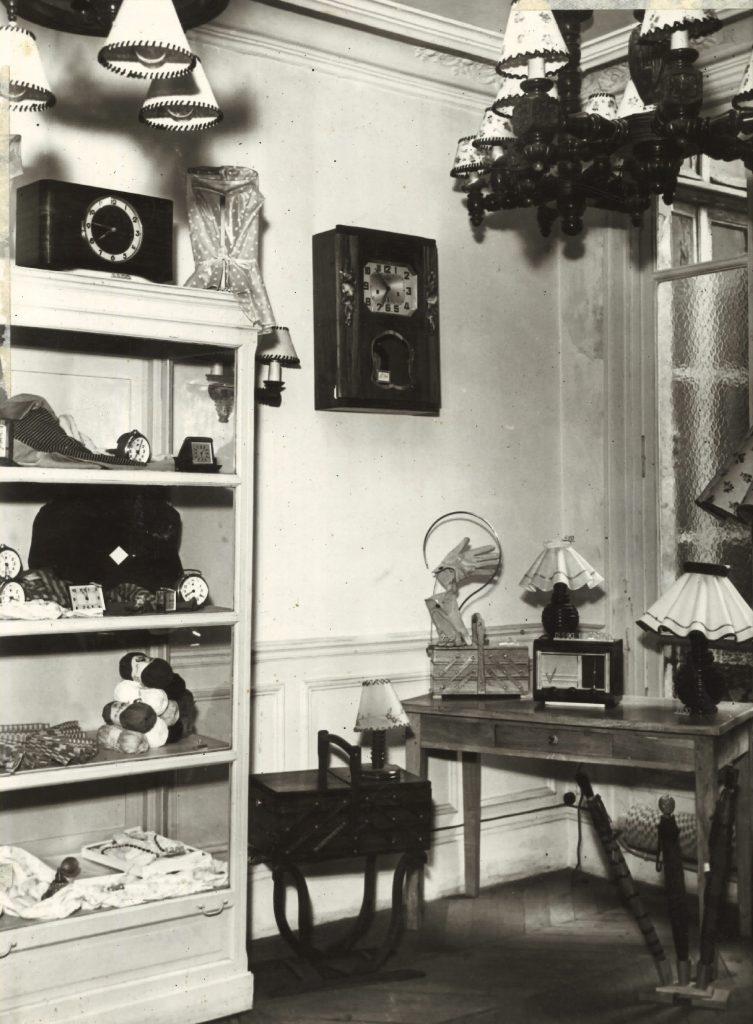 Une salle d'exposition de la coopérative de consommation des salariés au siège central du Crédit Lyonnais à Paris, vers 1950. Crédit Agricole S.A., Archives historiques.