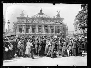 Grèves à Paris, fin mai 1917, au sujet de la semaine anglaise et contre la vie chère. Les employées de la Société Générale se sont réunies place de l'Opéra avant de se diriger vers la Bourse du Travail. Photographie parue dans le journal Excelsior du samedi 26 mai 1917. © Excelsior / Roger-Viollet. « tous droits réservés à l'agence ROGER-VIOLLET »