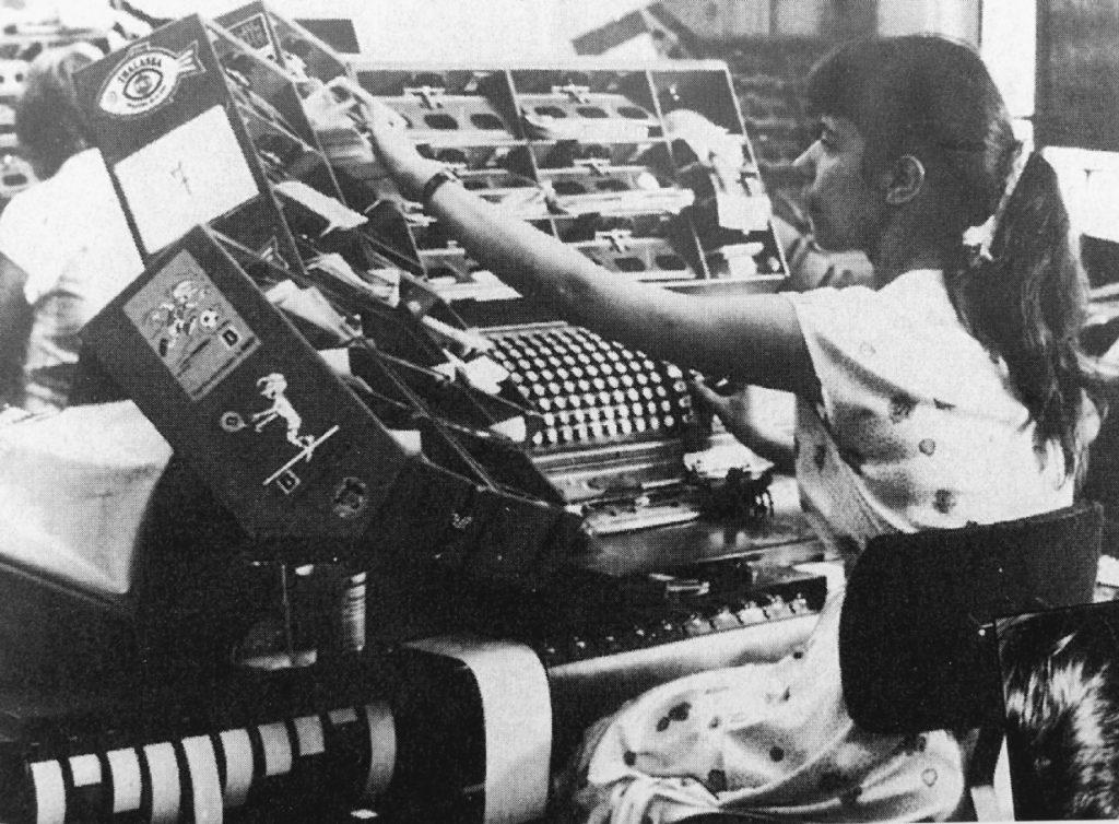 Trieuse NCR Proof à 20 cases. Cette machine était utilisée dès les années 1920 dans les services comptabilité, pour la saisie des données et le tri des chèques. BNP Paribas, Archives historiques.