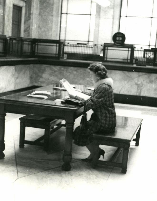 Cliente consultant des documents extraits de son coffre-fort. BNP Paribas, Archives historiques.
