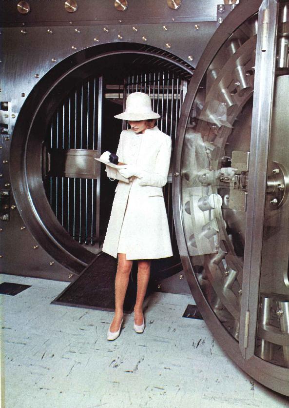 « Elle a 40 ans, une vie sociale brillante. Elle vient retirer sa bague du compartiment de coffre-fort » nous dit cette brochure de la BNP de 1968. Contraste entre la féminité et l'acier, la tradition et la modernité. BNP Paribas, Archives historiques.