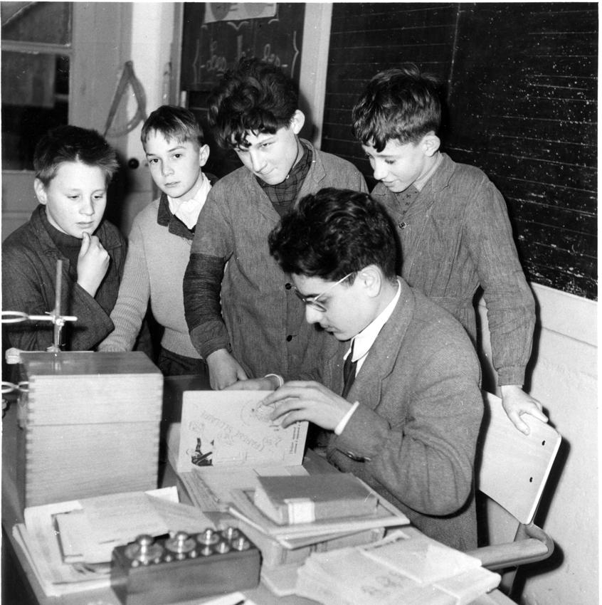 Pratique de l'épargne scolaire dans classe de la région de Tours dans les années 1950. Fédération nationale des Caisses d'épargne, documentation.