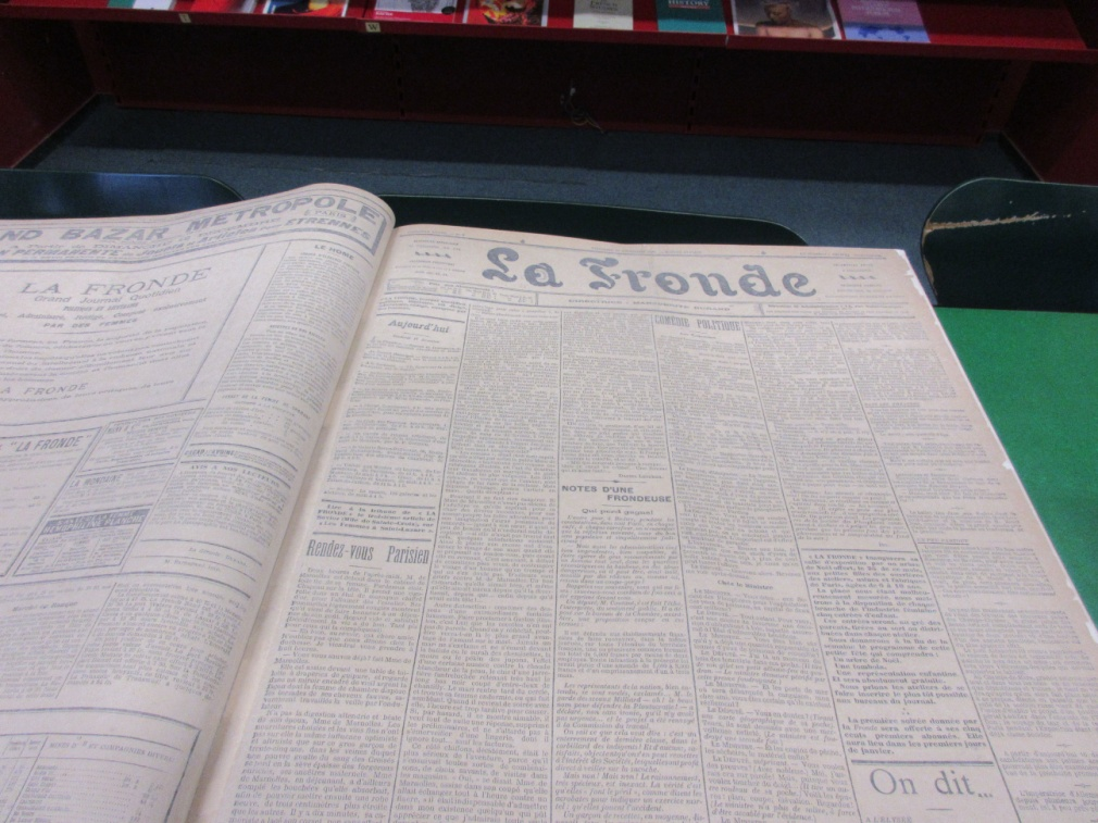 Pendant la durée de l'exposition, on pourra exceptionnellement consulter l'original du premier volume de La Fronde, de décembre 1897 à juin 1898)