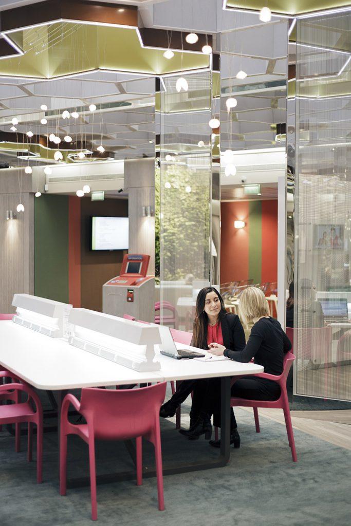 Une cliente et sa conseillère au Concept Store, 2 place de l'Opéra, Paris, 2011. BNP Paribas, archives historiques.