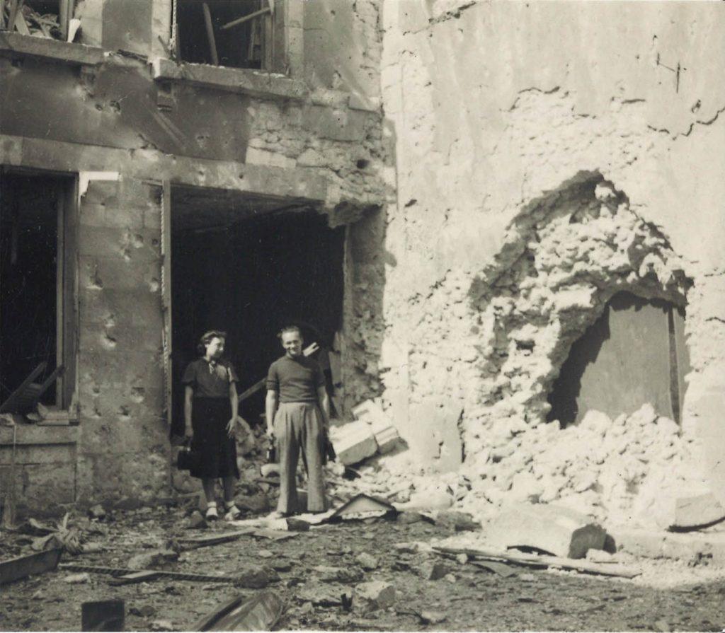 Madeleine Landy-Degon et un collègue devant leur logement détruit à Blois, lors de l'exode de la CNCA en 1940. Crédit Agricole S.A., Archives historiques.