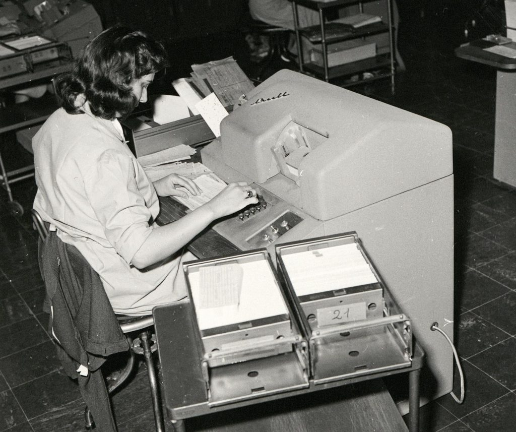 Une opératrice de mécanographie sur une machine Bull, vers 1960. HSBC France, Archives historiques.