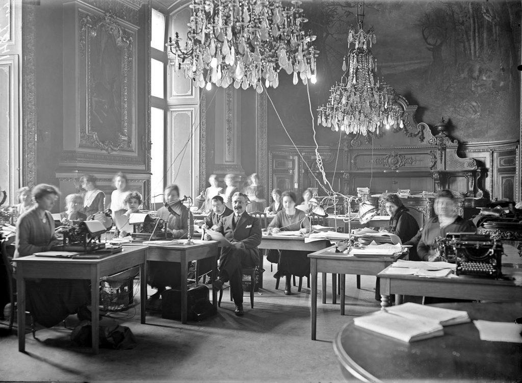 Bureau de dactylographes au ministère des finances, vers 1920. Photo: M. Lavanture.